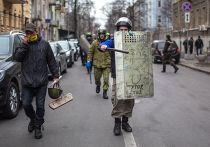 Участники отряда самообороны Майдана двигаются в сторону Верховной Рады.