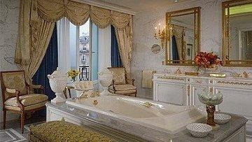 Ванная комната одного из номеров парижского отеля Four Seasons George V