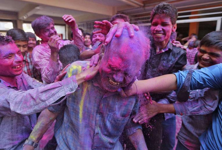 Празднование Холи в Ахмедабаде, Индия
