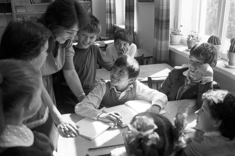 Учитель Э. Муждабаева со своими учениками