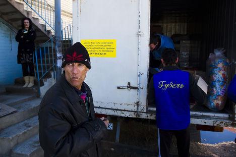 Крыские татары, работающие в бакалейном магазине в Белогорске