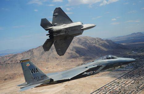 Американские истребители F-22 и F-15