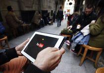 Человек пытается подключиться к веб-сайту Youtube в кафе в Стамбуле