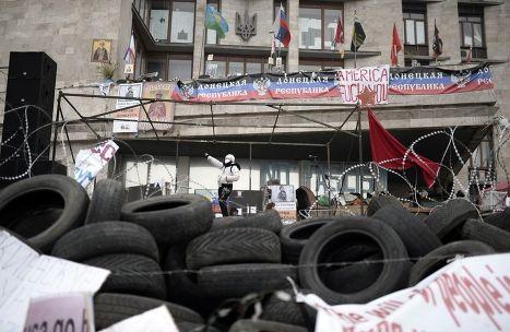 Пророссийские активисты на баррикадах у здания региональной администрации в Донецке