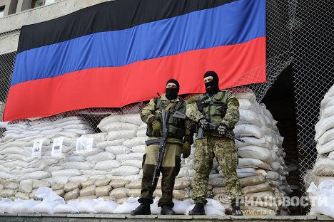 Вооруженные люди на баррикадах у здания городской администрации Славянска