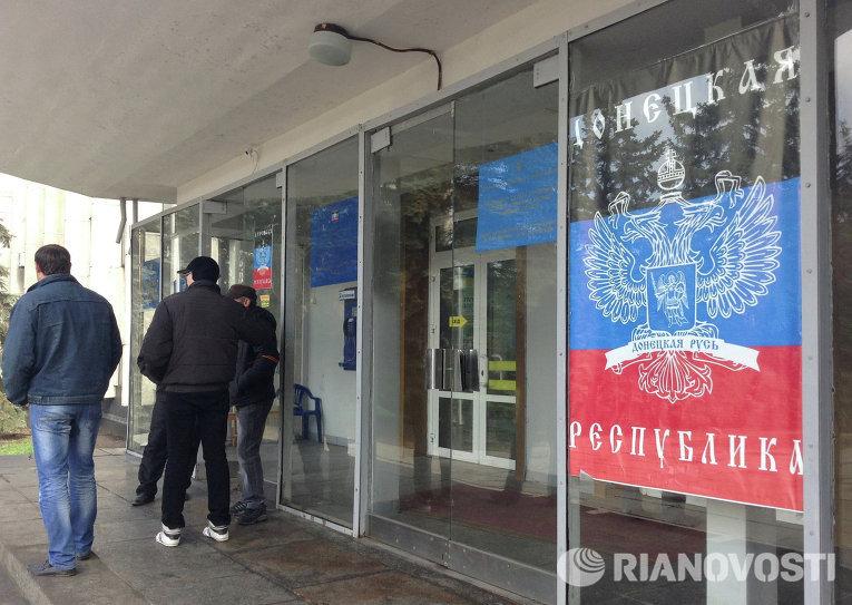 Вход в здание горсовета Горловки с флагом Донецкой народной республики
