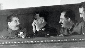 Сталин, Ворошилов, Каганович и Микоян в президиуме