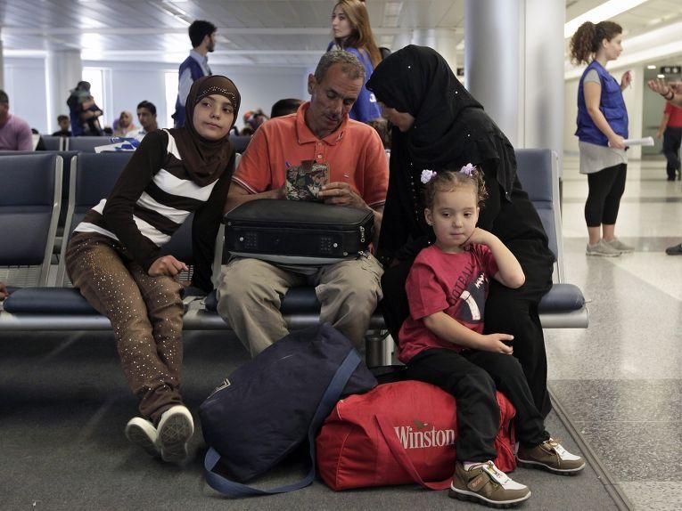 Беженцы из Сирии ждут посадки на самолет в Германию