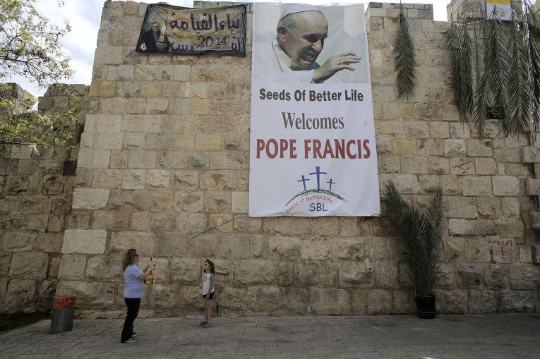 Баннер с изображением папы Франциска в Старом городе в Иерусалиме в преддверии его приезда в Святую Землю