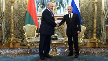Президент России Владимир Путин (справа) и президент Белоруссии Александр Лукашенко