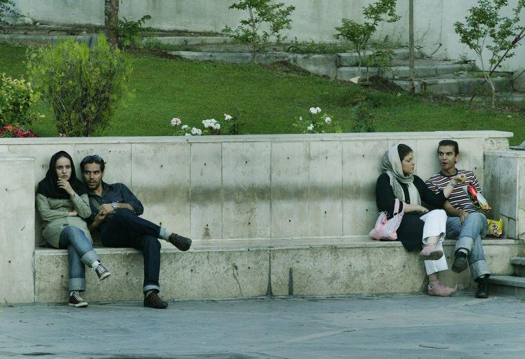 Молодые люди на улице Тегерана
