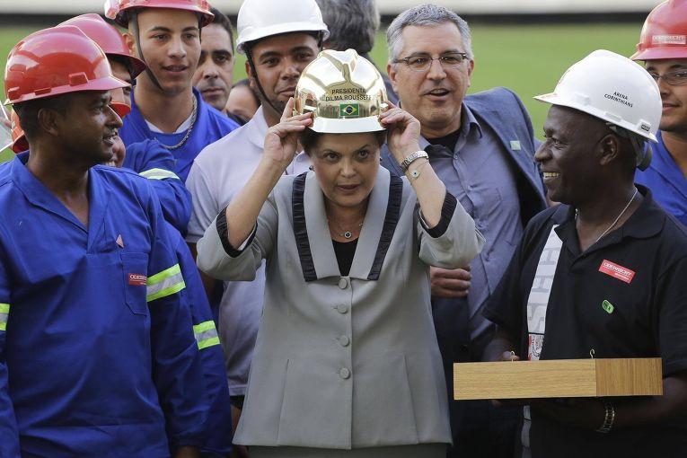 Президент Бразилии Дилма Русеф на строящемся стадионе Арена Коринтианс