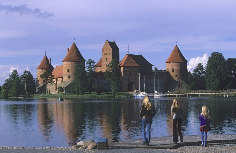 Девушки у Тракайского замка в Литве