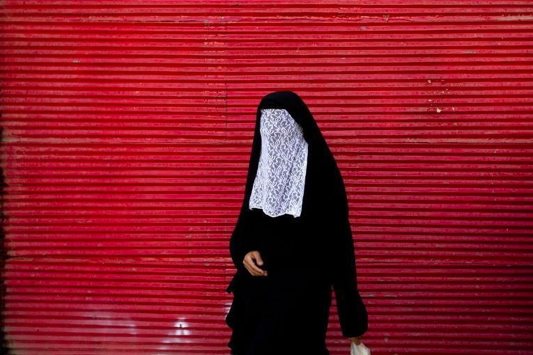 Женщина во время церемонии чехел-менбар в Хоррамабаде, Иран