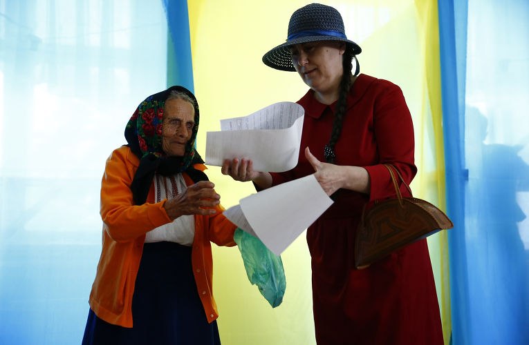 Пожилая женщина на выборах президента Украины в деревне Космач Ивано-Франковской области
