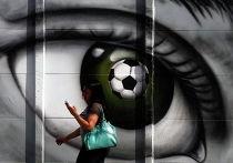 Девушка на фоне граффити на улице Сан-Паулу, Бразилия