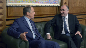 Сергей Лавров беседует с главой МИД Азербайджана Эльмаром Мамедъяровым во время официального визита в Азербайджан
