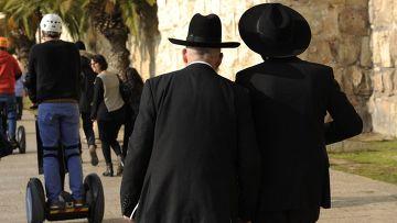 Ультраортодоксальные евреи на улице в Иерусалиме