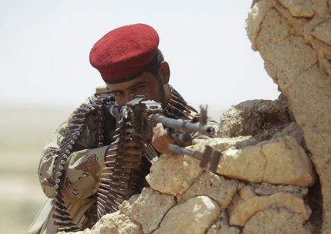 Боец племенного ополчения во время столкновений с боевиками в городе Ан-Наджаф в Ираке