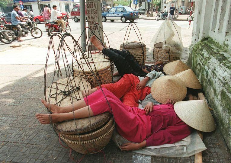 Женщины отдыхают на улице Хошимина