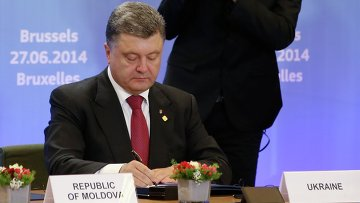 Президент Украины Петр Порошенко подписывает соглашение о сотрудничестве в Совете ЕС в Брюсселе 27 июня 2014