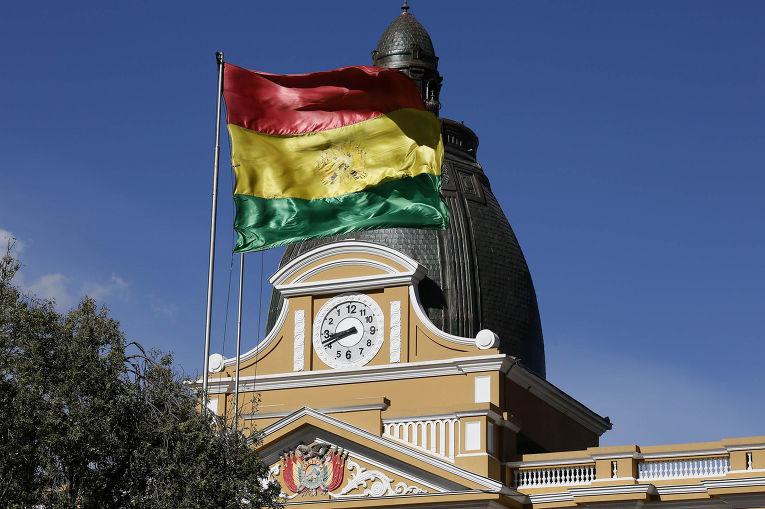 Часы с обратным ходом стрелок на здании конгресса в столице Боливии Ла-Пасе