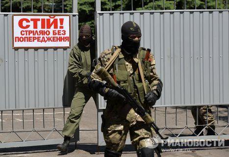 Ополченцы Донецкой Народной Республики на территории воинской части № 3023 в Донецке, взятой ими под контроль