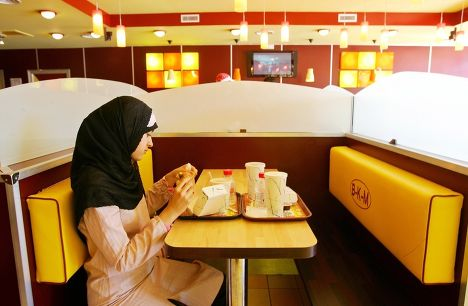 Ресторан Beurger King Muslim в пригороде Парижа