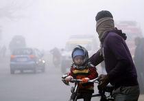 Житель Индии с сыном на велосипеде. Джамму, Индия