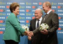Президент России Владимир Путин, президент Международной федерации футбола (ФИФА) Йозеф Блаттер и президент Бразилии Дилма Роуссефф во время передачи эстафеты проведения чемпионата мира по футболу в 2018 году в России, 13 июля 2014 года