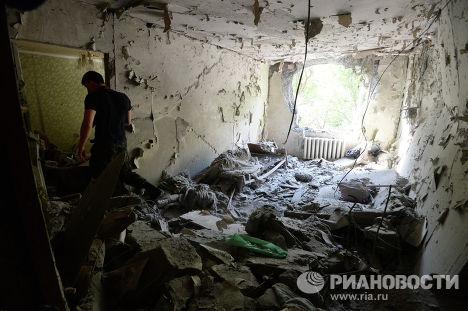Мужчина в своей квартире одного из домов Донецка