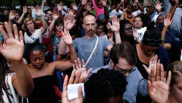 Акция протеста в Нью-Йорке после убийства полицейским темнокожего подростка в городе Фергюсон (штат Миссури)