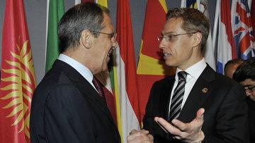 Александер Стубб (справа) в должности министра иностранных дел Финляндии