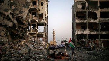 Палестинцы сидят в палатке за пределами их квартир
