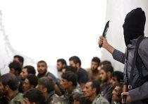 Боевик Исламского государства с захваченными в плен сирийскими военными