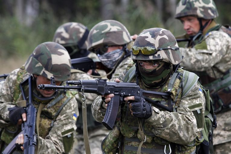Украинские солдаты на учениях неподалеку от Житомира