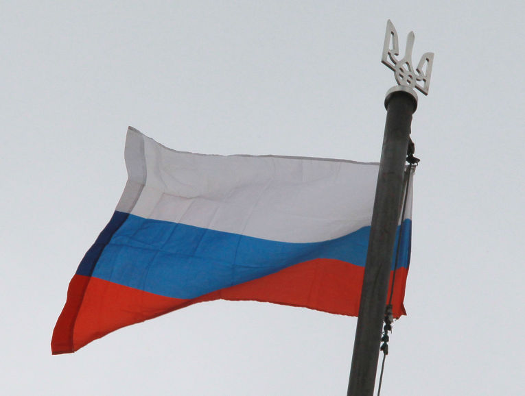 Флаг России над зданием областной администрации в Луганске, взятым под контроль сторонников федерализации