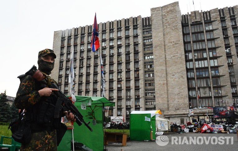 """Боец батальона """"Восток"""" у здания областной государственной администрации города Донецка"""