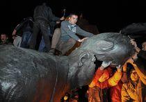 Памятник Ленину снесен в Харькове, 28 сентября 2014