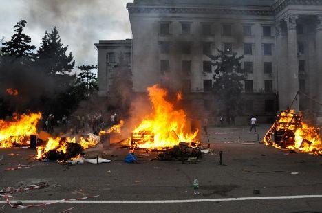 Горящий палаточный лагерь у Дома профсоюзов в Одессе