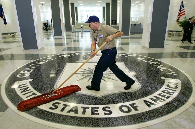 Работник моет пол в штаб-квартире ЦРУ
