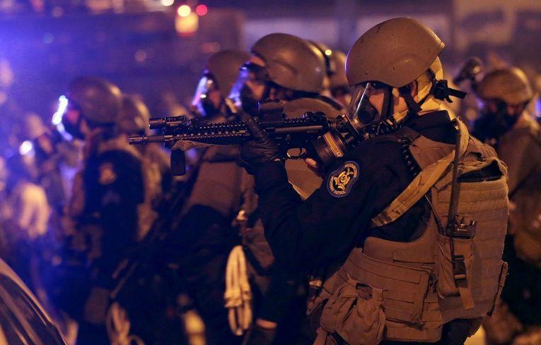 Полицейские применяют слезоточивый газ против протестующих в Фергюсоне