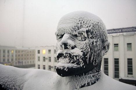 Замерзший памятник Ленину в центре Якутска