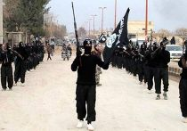 Боевики Исламского государства Ирака и Леванта на марше в городе Ракка