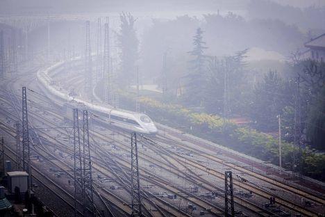 Скоростной поезд выезжает из Пекина во время сильного смога