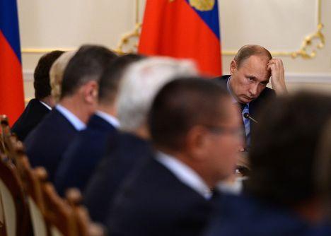 Владимир Путин проводит совещание с членами кабинета министров