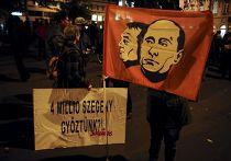 Плакат с изображениеми Виктора Орбана и Владимира Путина на акции протеста в Будапеште