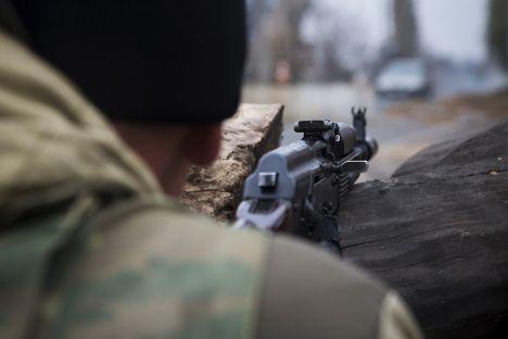 Ополченец на блок-посту рядом с аэропортом Донецка