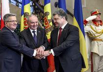 Президент Польши Бронислав Коморовский, президент Молдавии Николай Тимофти и президент Украины Петр Порошенко во время встречи в Кишиневе