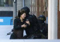 Одна из заложников выбегает из кафе Lindt в Сиднее
